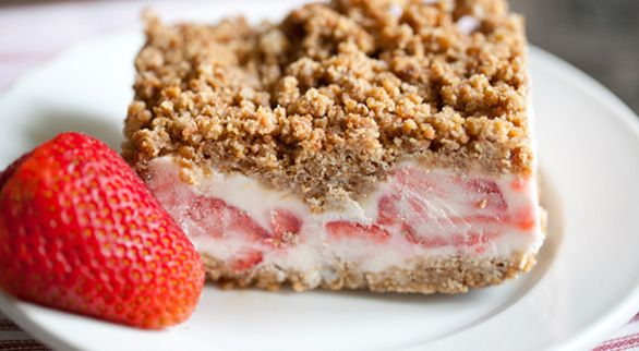 Frozen strawberry crunch cake: Health Desserts, Strawberries Cakes, Food, Granola Bar, Frozen Pies, Cakes Recipes, Frozen Strawberries, Strawberry Crunch Cake, Strawberries Crunches Cakes