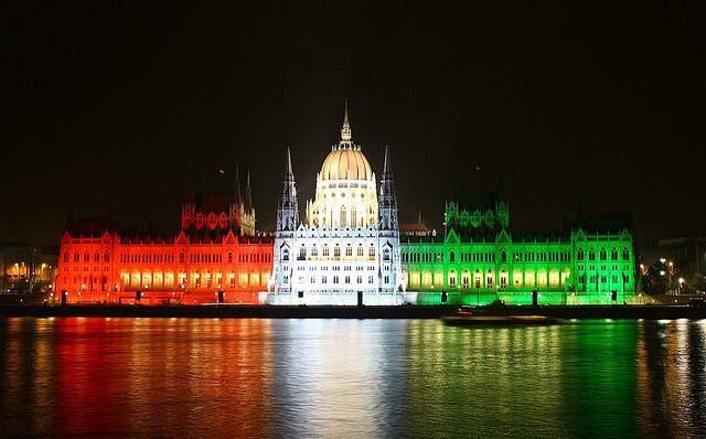 Budapest Hungary parlament nemzetünk színeiben