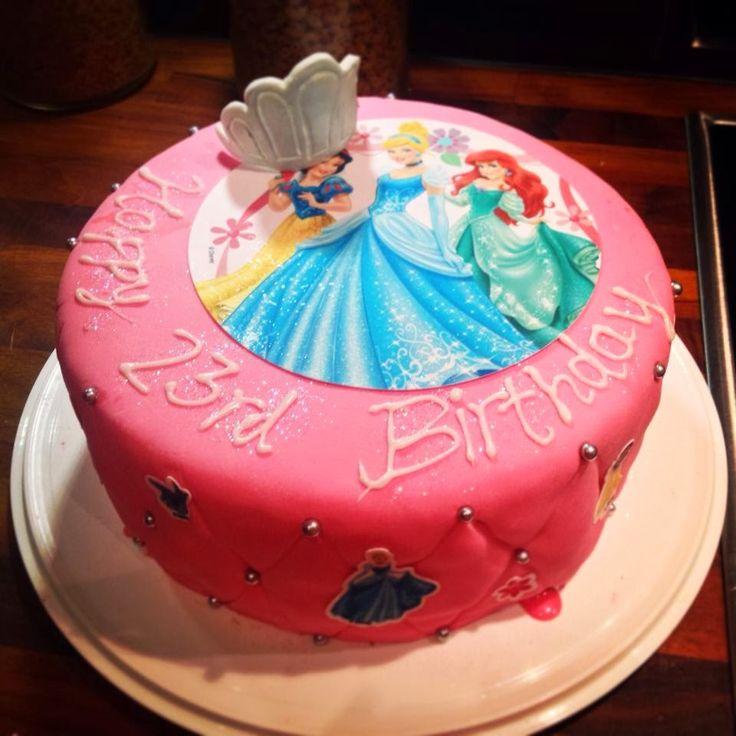 Disney themed princess cake, with edible picture on top of the cake and little pictures on the sides of the cake / Disney -teema prinsessakakku syntymäpäiväjuhliin, päällä syötävä kakkukuva, ja reunoilla pieniä kakkukuvia liimattuna elintarvike liimaa käyttäen.