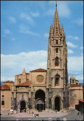 CATEDRAL DE OVIEDO. Fachada: Gótico del XIV. Se construyó a instancias del obispo Gutierre de Toledo y la Cámara Santa (capilla palatina del palacio de Alfonso II) es su parte más antigua. La torre, de caracteristicas góticas y renacentistas, es obra de Rodrigo Gil de Hontañon sobre planos de Juan de Badajoz, es del siglo XVI.