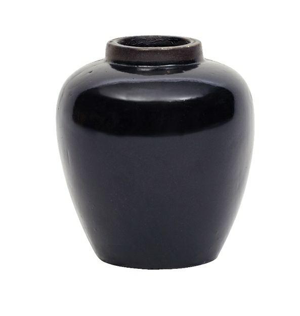 Keramik krukke i klassisk Ming stil (size 2) Ensfarvet og glasseret  Krukken fås i 4 størrelser Fejl og uregelmæssigheder forekommer som en del af looket Mål: 18 x 15 cm Farve: Mat Sort Design: Oi Soi Oi