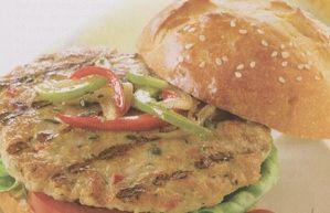 HAMBURGUESAS VEGETARIANAS, Cocer las patatas y las zanahorias. Hacer un puré y añadir el queso rallado, la cebolla rehogada, el ajo triturado, el huevo batido, la harina de maíz y mezclar. Condimentar al gusto. Dar forma de hamburguesas. Espolvorear con pan rallado, colocar en una sartén y asarlas.