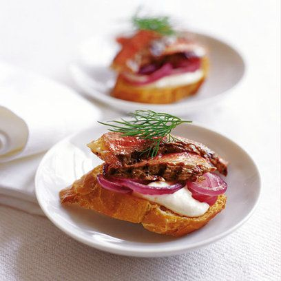 Crostini with beef onion horseradish canapes pinterest for Beef horseradish canape