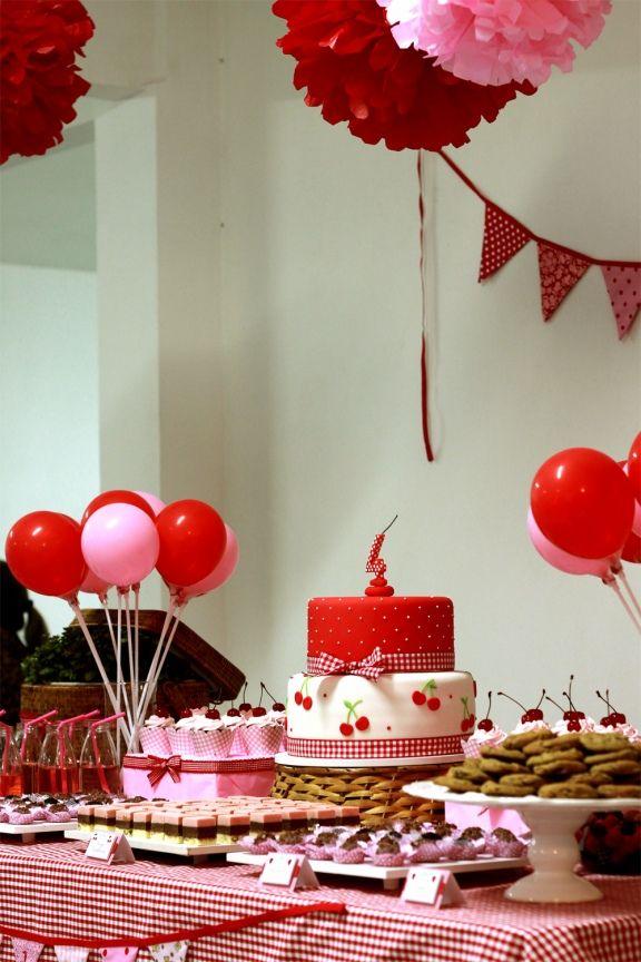 really cute picnic inspired birthday party. As cerejas ficam muito fofas! Amei a combinação no bolo!