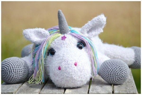 """Vor ein paar Tagen ist die """"kleine"""" STELLA von der Nadel gehüpft. Sie ist ein Einhornbaby und schaut mit ihren großen Augen total süß aus und erkundet neugierig ihre Umgebung. Ihre Mähe ist in zarten Pastelltönen und auf der Stirn und am Po hat"""
