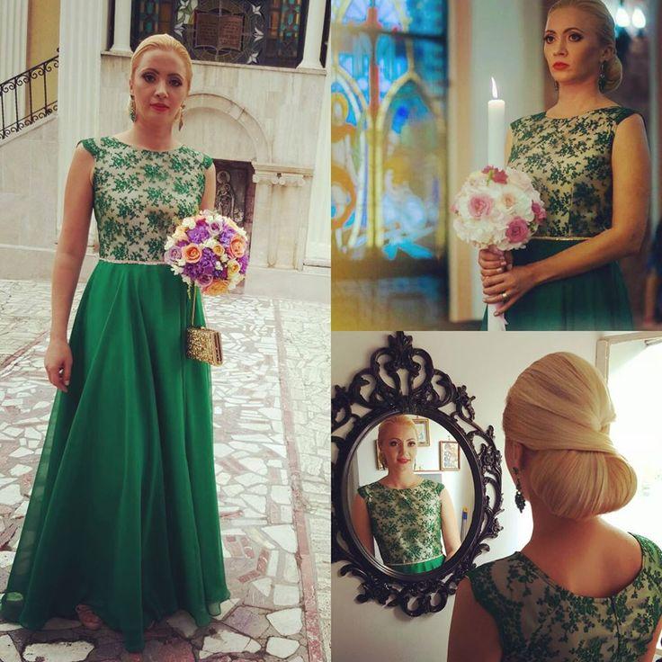 Rochie din dantela verde, cu flori marunte si fusta din voal verde, cu decoratiune in talie.