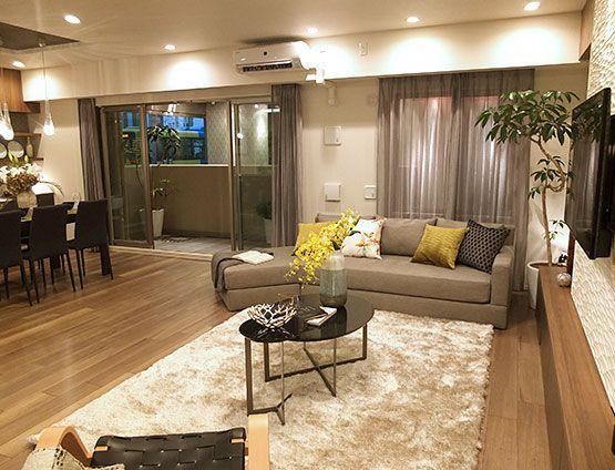 リビングルーム – 茶系のシンプルモダンコーディネート|家具やタイルをブラウン系でまとめた、シンプルモダンな空間。 ダウンライトや丸い足元灯のやわらかい光が、リビングをあたたかく照らします。