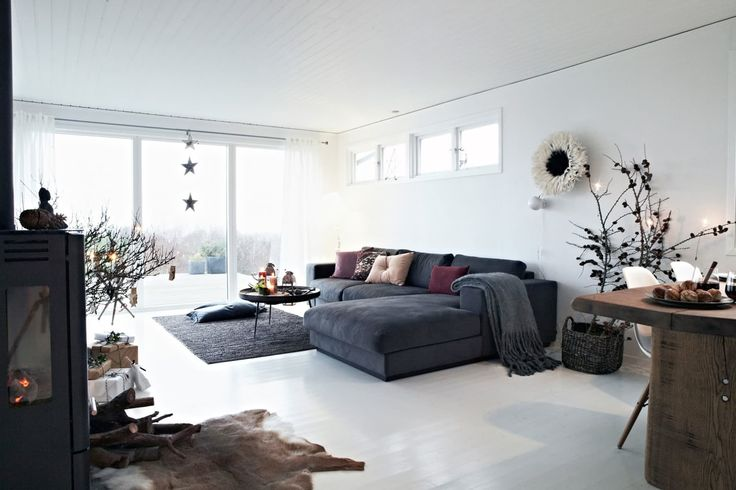 Hvit stue med minimalistisk julepynt