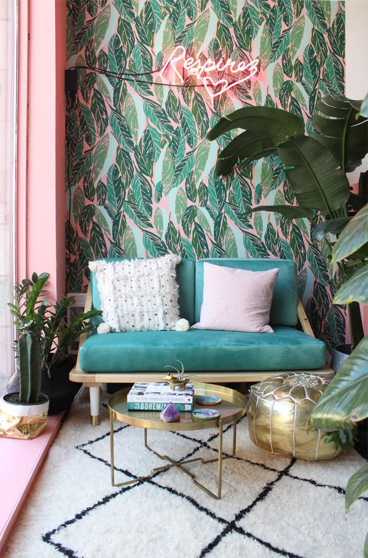 Eclectic, tropical inspired decor. Green and pink is a winning colour combination in interiors right now, love the bold patterned tropical wallpaper.
