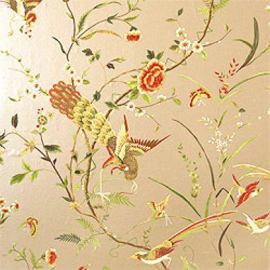 Behang uit de collectie Tea House van Thibaut. Patroon Cantonese met bloem, vlinder en vogel in goud en roze.
