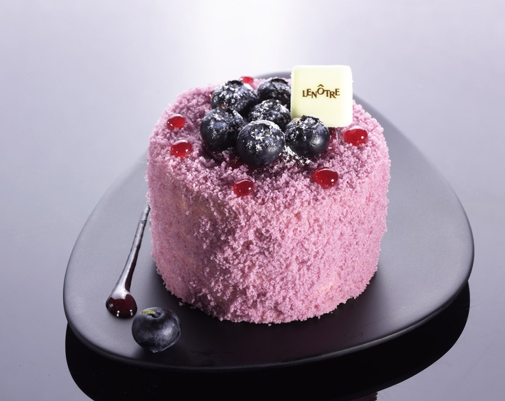 Individuel Vénus Vanille Intense et Myrtille by Lenôtre: Blueberry-cassis sponge cake with a heart of vanilla cream and blackcurrant jelly, accented with fresh blueberries.