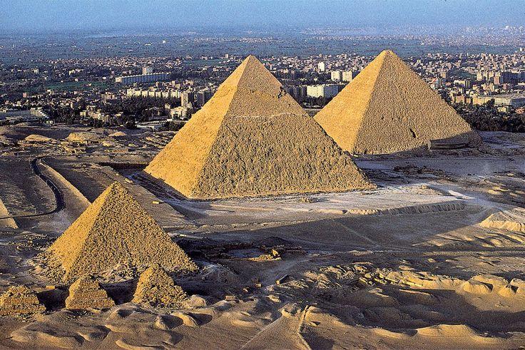 Piramide di Micerino (a sinistra), di Chefren e di Cheope;  2550 a.C - 2585 a.C, Antico Regno; blocchi squadrati di pietra calcarea, piramidi a facce lisce; Necropoli di Giza, periferia sud-occidentale de Il Cairo