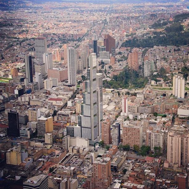 Render del proyecto BD Bacatá integrado con el paisaje urbano de Bogotá
