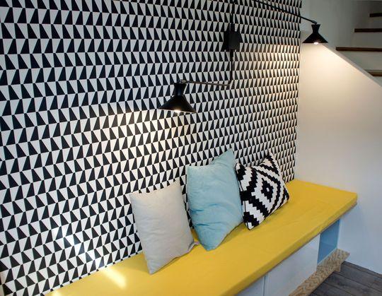 Détails sur le papier peint graphique et le jaune qui donne du peps - Design scandinave pour un séjour rénové de 38m2 - CôtéMaison.fr