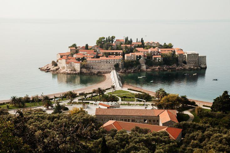 Черногория стабильно находится в числе самых популярных направлений для пляжного отдыха россиян. В этом году продажи билетов уже бьют все рекорды, но вы еще можете успеть насладиться прекрасным Адриатическим побережьем и чистым горным воздухом национальных парков «Дурмитор» и «Проклетие».