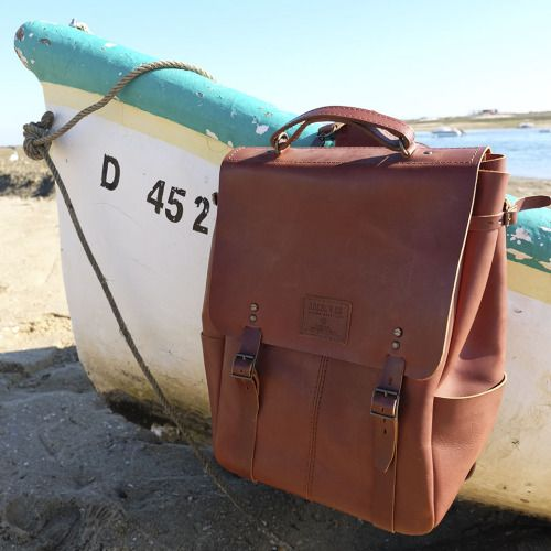 (ENG) - On our last winter holidays in the Algarve, Candeeiros backpack was the perfect companion. Spacious, functional and very resistant, Candeeiros accompanied us throughout the day, for the walks by the sea, bike rides through the orange groves and the visits to the local market. Handcrafted in Portugal by artisans with decades of experience, the backpack is one of the most emblematic pieces of Ideal & Co, because of its timeless design and beautiful vegetable tanned leather. //(PT)…