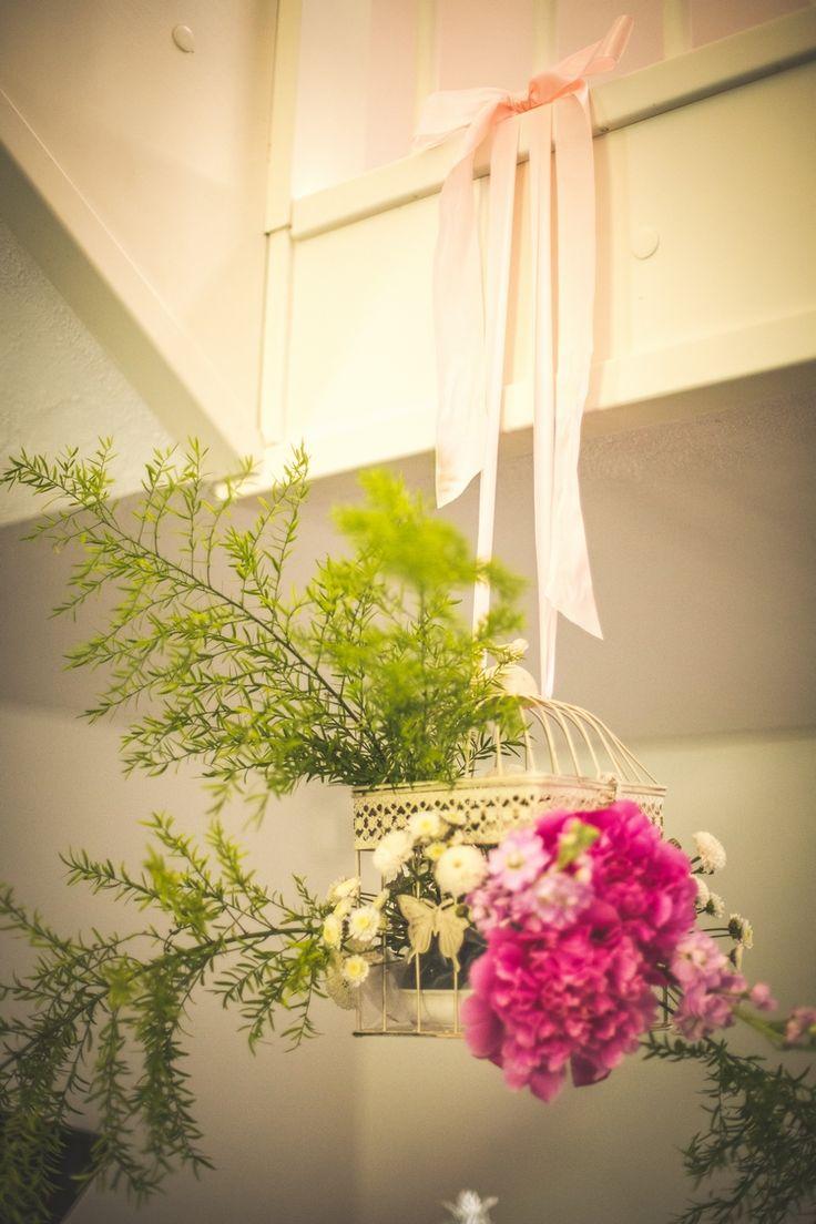 Dekoracje kwiatowe w klatce, całość zwisająca nad głowami gości. / flowers in a cage #wedding #flowers #pink #cage #rustic