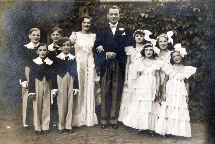 Budapest - Jávor Pál színművész Lakner Bácsi Gyermekszínházának szereplőivel. A hátsó sor bal szélén Puskás Tibor, az első sorban balról a második Ruttkai Iván, jobbról az első Ruttkai Éva - 1934-ben.  Fotó: Rothman család /