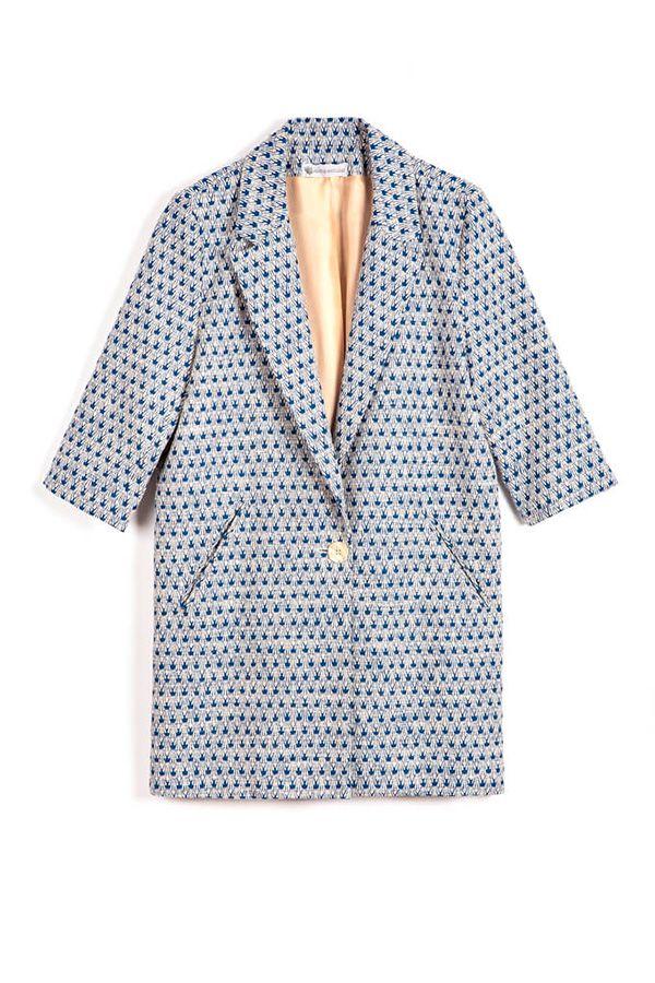 Veste longue Cesar Molitor jacquard de coton à motifs bleus, manches 3/4. A porter avec des baskets et un pantalon pour un look décontracté.