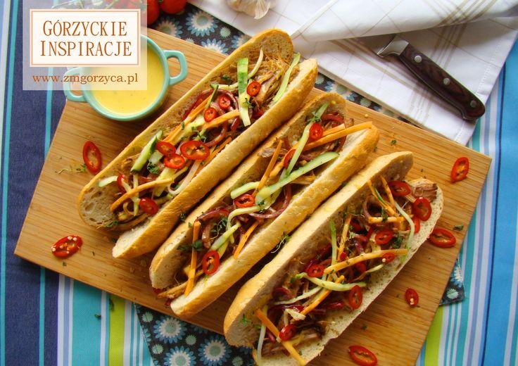 Bagietka a'la banh mi, czyli wyśmienita kanapka w stylu wietnamskim z pieczoną łopatką wieprzową, chili i marynowanymi ogórkiem i marchewką. Idealna na lunch, świetnie sprawdzi się na wycieczkach, czy pikniku http://www.zmgorzyca.pl/index.php/pl/kulinarny/lunch/312-kanapka-z-pieczona-lopatka-4