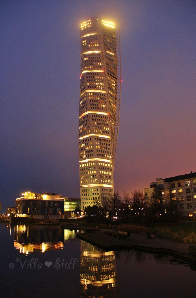Travelguide Malmö | Turning Torso bei night in Västra Hamnen