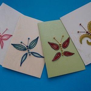 Na těchto motýlcích jsou paličkovaná pouze křídla, tělíčko tvoří korálky nebo perličky našité na podkladovém materiálu. Tím podkladovým materiálem může být tkanina nebo úplet, pokud chcete motýlkem ozdobit nějakou součást oděvu.
