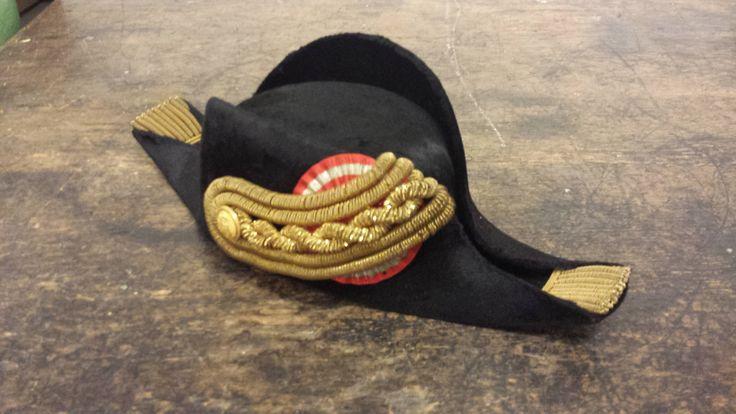 Trekantet hat som den, civilembedsmænd havde ret til at bære som del af gallauniform iflg. uniformsreglement af 1949.