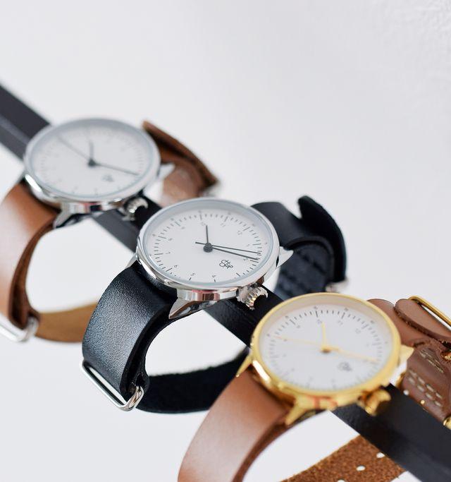 やや小ぶりなサイズ感が女性らしいやわらかな雰囲気のシンプルな時計。 カジュアルにも、きれいめコーデにも合わせられるので、デイリーユースにぴったり。