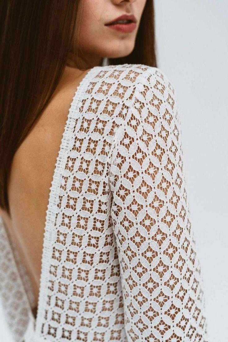 Brautkleid mit geometrischem Spitzenoberteil, langen Ärmeln und tiefem Rückena…