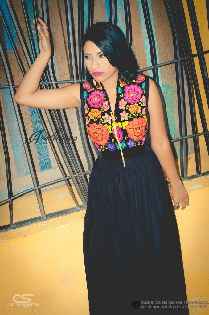 Liz- Tela: Crepe Tipo de bordado: A mano con aguja Región en la que se elabora: Istmo de Tehuantepec Diseño: Vestido con falda plisada, con cierre en medio a la altura del busto y cuello alto
