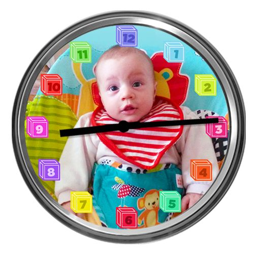 """Ceas cu fotografia copilului Personalizeaza acest ceas cu imaginea copilului sau copiilor. Daca mai vrei sa adaugi si allte detalii, scrie-ne la """"Comentarii despre comanda ta"""". Orele ceasului sunt in forma de cuburi de joc. Sunt disponibile 3 modele de ceas."""