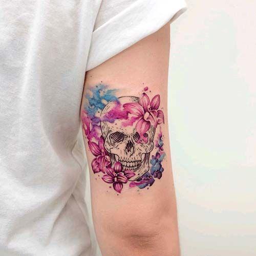 kadın arka kol çiçekli kuru kafa dövmesi woman arm back floral skull tattoo
