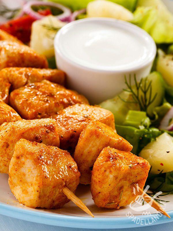 Quando l'appetito stuzzica e le idee scarseggiano, non vi resta che preparare degli irresistibili Spiedini di tacchino e paprika con salsa allo yogurt!