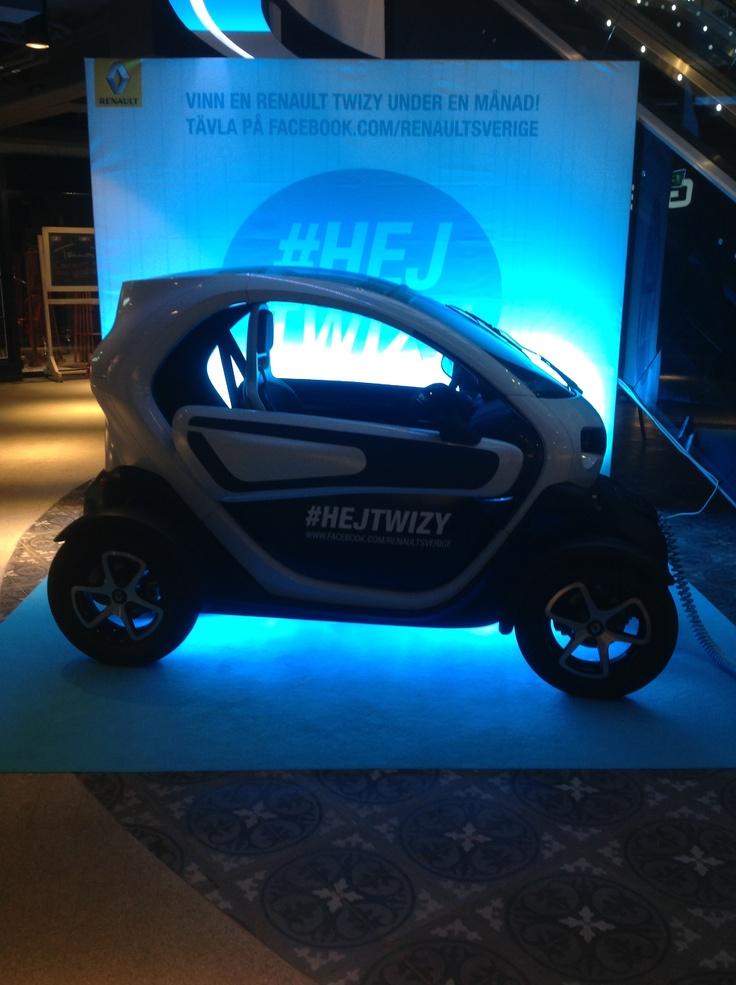 Vid entréplan med ingång Norrlandsgatan kan du hälsa på Renaults nya tvåsitsig stadsbil TWIZY som drivs på el, Expressen nämner att Twizy är upplevelse emellan att köra bil, motorcykel och golfbil. Prisvärd och enkel att köra.
