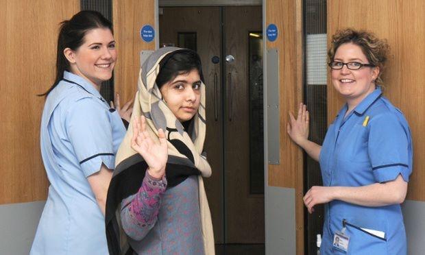Salutiamo.  (Felici mentre Malala Yousafzai viene dimessa dal Queen Elizabeth Hospital a Birmingham. Malala, ferita gravemente da un talebano per la sua campagna per l'istruzione alle ragazze e capace lei, a 14 anni, di fare domande essenziali che poi può capitare di smettere di farci, è un formidabile modello di comportamento anche per noi che studiare possiamo, maschi e femmine del mondo occidentale).  Ph: AFP/Getty Images