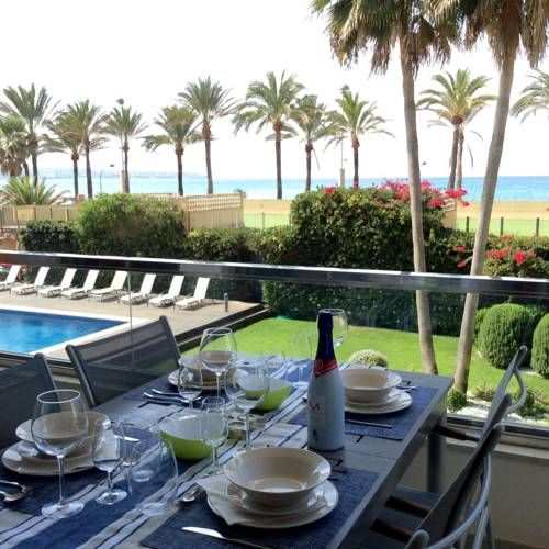 Del Mar Palma de Mallorca Set 10 km from Palma Port in Palma de Mallorca, this apartment features a 6 meters long private terrace overlooking the sea and an outdoor pool. The property provides free WiFi and a private parking.  Del Mar is 10 km from Palma Yacht Club.