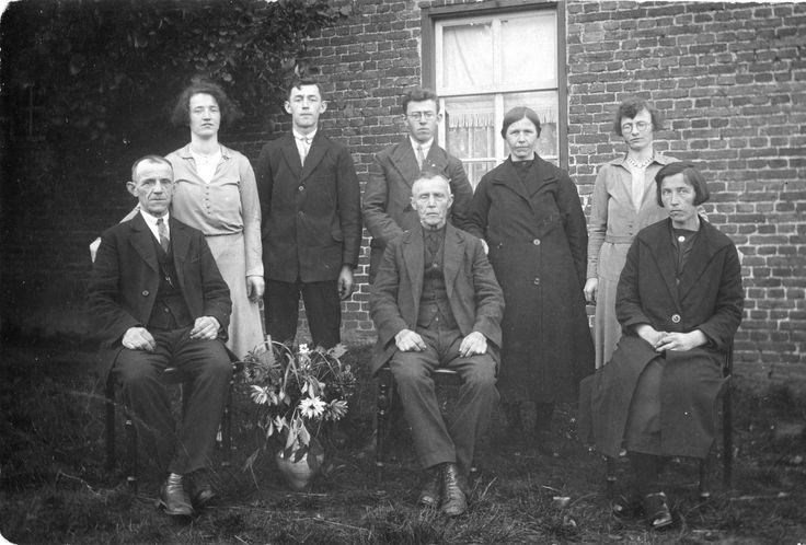 Familie Laurents van Bussel en Francisca Verstappen, 3e van rechts Maria Martina van Bussel. Zij was getrouwd met Pertus(Piet) Verberne, ook een zoon van Johannes Verberne en Hendrica van Heugten. Haar broer links naast haar, Bert van Bussel, was getrouwd met een dochter(Hendrika) van Petronella Berkvens Verberne een zus van Petrus Verberne.