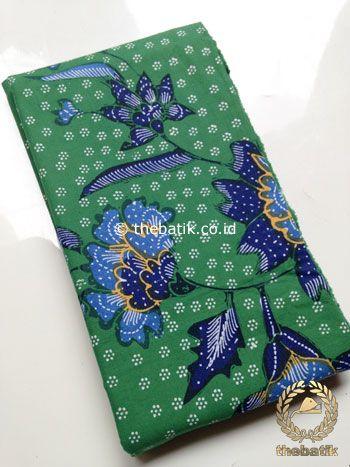 Kain Batik Tulis Motif Floral Biru Latar Hijau | #Indonesia Traditional #Batiks Tulis #Design. Hand-dyed #Fabric #Textiles Process http://thebatik.co.id/kain-batik-bahan/batik-tulis/
