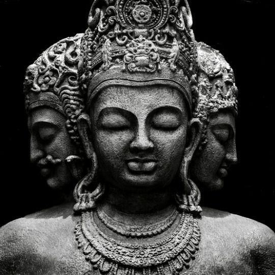 """DA SÉRIE: DEUSES DA ÍNDIA - A Trimurti, """"tripla estátua"""" ou """"trindade"""", da divindade hindu, consiste de: Brahma, o Criador, Vishnu, o Preservador e Shiva, o Destruidor, todos os três encarnações de Brahman, o Eterno. Da página Tradições-Mitologia-Ícones-Holismo"""