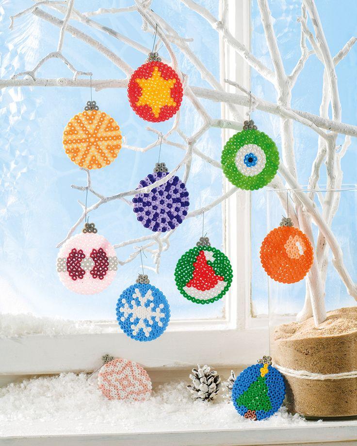 """Christbaumkugeln aus Bügelperlen (Idee mit Anleitung – Klick auf """"Besuchen""""!) - Mit Bügelperlen weihnachtliche Motive auf eine kreisrunde Form basteln und schon hat man """"platzsparende"""" Weihnachtskugeln am Baum!"""