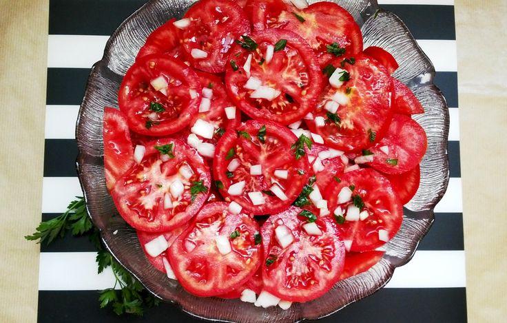 Igazán nem kell sok hozzávaló ehhez szuper, könnyű és vibrálóan piros salátához. Az összeállítása pedig senkin sem fog kifogni ígérem. Szóval a paradicsomokat felkarikázzuk...