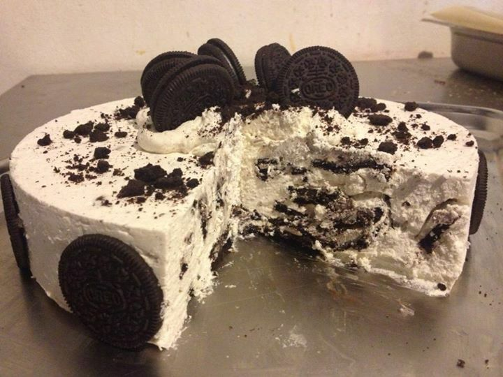 Oreo biscuits cake with vanilla mousse.