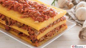 La millefoglie di polenta è un modo originale e scenografico di servire questa pietanza: tre strati di polenta alternati da sugo a base di salsiccia e funghi.