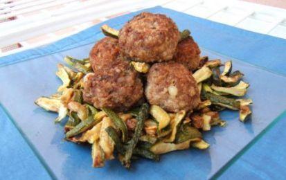 Polpette di zucchine - Le polpette con le zucchine sono una ricetta facile e molto buona. Si possono preparare come secondo oppure come antipasto. Una buona occasione per sfruttare diversamente questa verdura.