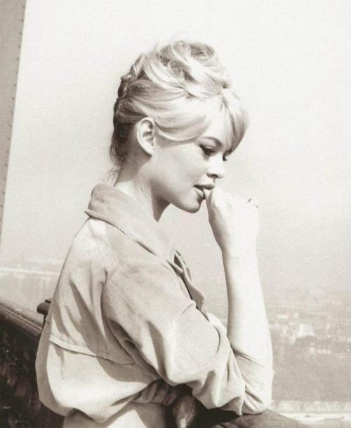 Brigitte Bardot at the top of the Eiffel Tower, Paris, 1950s. Beautiful !!!