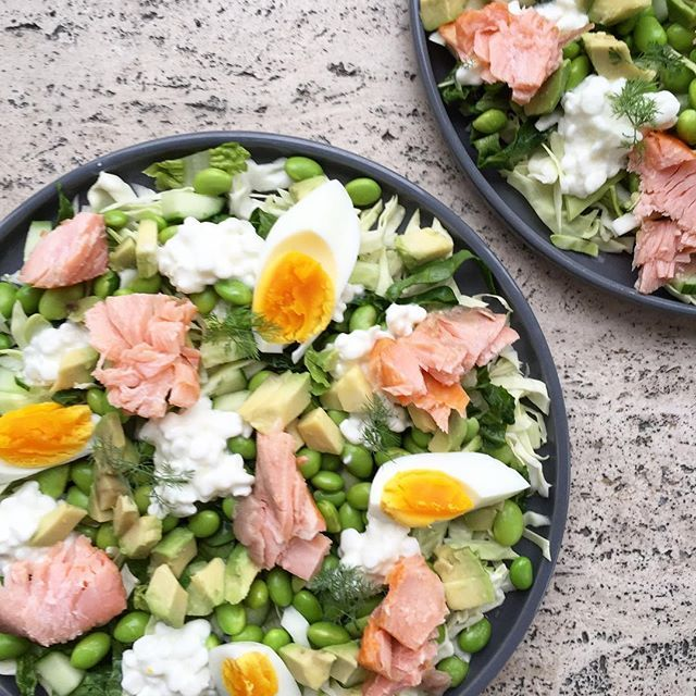 En lækker og mættende salat der kan laves på kun 15 minutter😍👌En bund af hakket spidskål og hjertesalat, toppet med agurk, avocado, edamamme bønner, citron saft, hytteost, æg og varmrøget laks 🌱🐟🥑🥒 #salat #aftensmad #sundhverdag #sundlivsstil #sundhed #vægttab #aktivlivsstil #healthyfood #sundmad