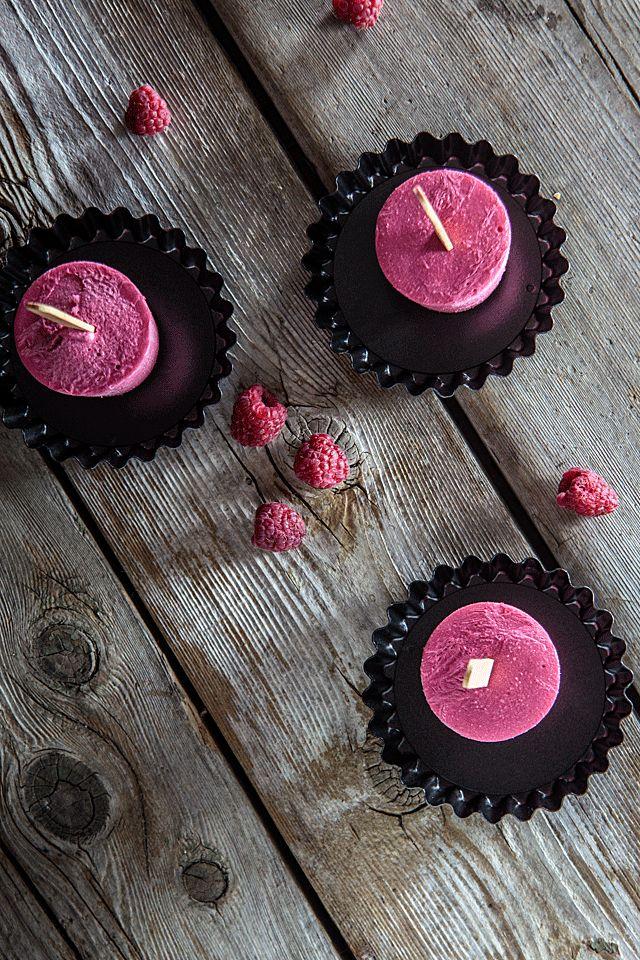Raspberry-Maple Frozen Yogurt Pops - No molds required -- TheMessyBaker.com