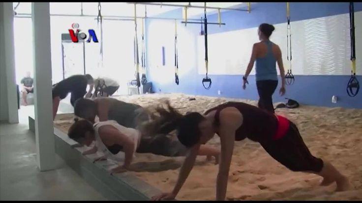 Tren olahraga baru di California membawa pasir pantai ke dalam pusat kebugaran. Los Angeles menjadi markas dua pusat kebugaran 'Sandbox Fitness', yang menggunakan pasir dan papan selancar sebagai media olahraga tanpa benar-benar berselancar.  Di YouTube: https://youtu.be/ykuxcCamg5g