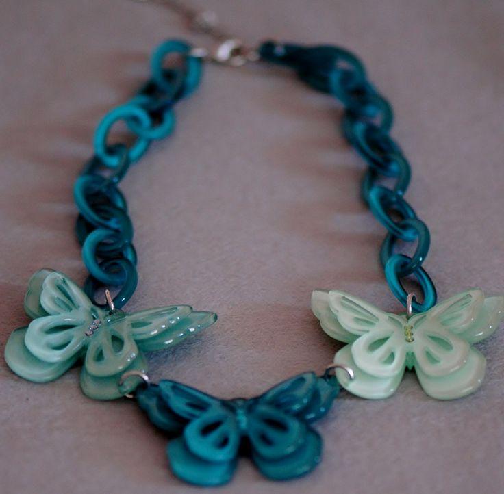 Collar mariposa grande, con cadena azul y mariposas azules y verdes