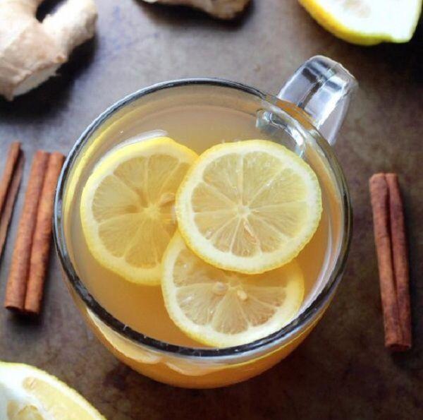 Целебный имбирно-цитрусовый чай Ингредиенты: 2 ч. л. натертого корня имбиря; 3 ст. л. свежевыжатого лимонного сока; 1 ч. л. ложка мёда; 1 палочка корицы; 2 ч. л. зеленого чая. Налей в кастрюльку с зеленым чаем кипяток, накрой крышкой и дай настояться 2 минуты. Затем все оставшиеся ингредиенты положи в эту же кастрюлю и оставь еще на 3 минуты. Подавай в горячем виде. имбирный чай поможет при легкой простуде.